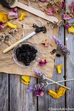 Tales of a Kitchen / Calming charcoal and clay face mask