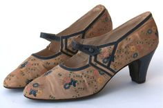 FC0079 Shoes of hand painted beige silk and blue leather trim, French. Labelled Hellstern & Sons Ltd., Brevettes, Paris, late 1920s