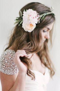 coiffure mriage cheveux longs lâchés avec couronne et fleur sur le côté