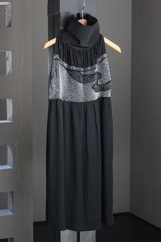 絞りが美しい兵児帯をリメイク!○素材・・・正絹○サイズ ・着丈/約85.0cm ・身幅/〜約65.0cm(絞り部分は伸縮します) ・裾幅/約65.0cm (着用画像をご参照ください/モデル身長… Kimono Dress, Dress Skirt, Modern Kimono, Muslim Dress, Kimono Fashion, Outerwear Women, Dress Making, Beautiful Outfits, Vogue