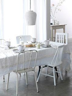 Zachte styling met materialen en verschillende voorwerpen maakt het wit warm en romantisch.  (K.Timmerman by decor8, via Flickr)