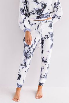 White Joggers, Joggers Outfit, Headband Hairstyles, Curly Hairstyles, Tie Dye Sweatshirt, Distressed Skinny Jeans, Petite Fashion, Online Boutiques, Boutique Clothing