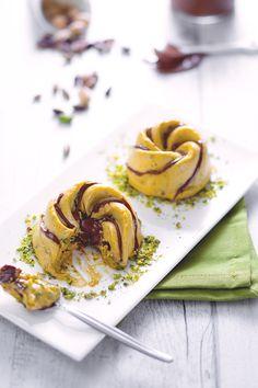 Il #semifreddo è un tipico #dessert #italiano, a metà tra il #dolce al #cucchiaio e il #gelato! La base, composta da #panna semi-montata e da #meringa italiana, è perfetta per essere associata a moltissimi ingredienti! Noi lo adoriamo con #pistacchio e la #nutella! #ricetta #GialloZafferano #italiandessert #italianfood
