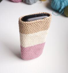 Petite Maille | Le crochet c'est pas ringard !: Une housse de portable au crochet Pochette Portable, Crochet Phone Cover, Diy Crochet, Creations, Sewing, Knitting, Cute, Amigurumi, Purses