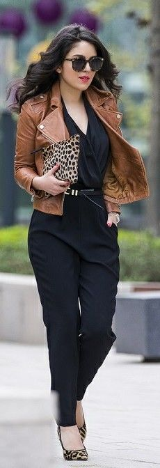 Jumpsuit negro con chaqueta, cartera y zapatos de animal print