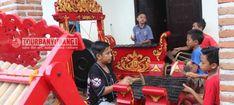 "Kampus Wetan (Kampong Seni Kuwung Wetan) adalah penyebutan untuk 3 desa, yaitu Desa Rejoagung dan Desa Wonosobo di Kecamatan Srono dan Desa Aliyan di kecamatan Rogojampi. Kuwung Wetan artinya ""pelangi dari timur"", artinya desa-desa ini adalah potensi seni budaya yang indah dan beraneka warna, yang berasal dari ujung paling timur Pulau Jawa. Ketiga desa ini bersebelahan dan saling berhubungan erat dalam sebuah rangkaian ""ekosistem"" kesenian tradisional Banyuwangi. Di desa Rejoagung terdapat… Monster Trucks, Tours, Culture, Fun, Hilarious"