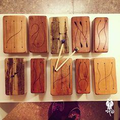 Cajitas africanas. Instrumentos de percusión. Todo realizado en madera terciada con tapa calada de madera maciza. Viene con dos baquetas de madera con goma forrada en tela. Totalmente hecho a mano con maderas recicladas.