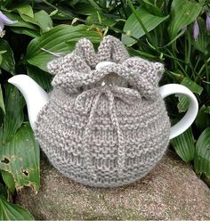 Hudson's Tea Cozy Knitting pattern by Distracted Knits – My Unique Wardrobe Tea Cosy Knitting Pattern, Tea Cosy Pattern, Arm Knitting, Knitting Patterns Free, Crochet Patterns, Knitted Tea Cosies, Tea Cozy Crochet, Crochet Geek, Form Crochet