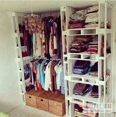A closet made of europallets... i love this cheap solution!