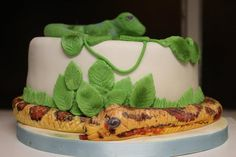 I made this cake for a little boy who was having the animal man and various reptiles at his party, the snake is made from sugarpaste all detail was hand painted and the reptile skin was done by hand ……. Lizard Cake, How To Make Icing, Wild Kratts, Reptile Skin, Amazing Cakes, Party Themes, Cake Decorating, Birthday Parties, Snake
