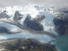 Campo de hielo Sur.Del campo de hielo se desprenden un total de 49 glaciares, entre los que se encuentran los glaciares Upsala (902 km²), Viedma (978 km²), y Perito Moreno (258 km²) en Argentina; y en Chile Jorge Montt, Pío XI (el mayor del hemisferio Sur fuera de la Antártida, con 1 265 km²), O'Higgins, Bernardo, Tyndall, y Grey