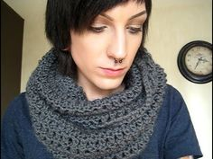 How to crochet a circle scarf! (tutorial)  Crochet circular infinity scarf, crochê cachecol