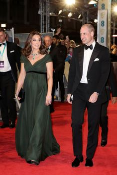 Kate Middleton Photos - Catherine, Duchess of Cambridge attends the EE British Academy Film Awards (BAFTA) held at Royal Albert Hall on February 2018 in London, England. - The Duke and Duchess of Cambridge Attend the EE British Academy Film Awards Vestidos Kate Middleton, Kate Middleton Dress, Kate Middleton Photos, Kate Middleton Style, Prom Dresses With Sleeves, Nice Dresses, Bafta Red Carpet, Estilo Real, British Academy Film Awards