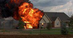 Cặp đôi tuyệt vọng nhìn ngôi nhà bị lửa thiêu rụi nhưng điều kỳ diệu đã xảy ra ngay sau đó