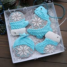 Need to learn Christmas Themed Cake, Cute Christmas Cookies, Xmas Cookies, Christmas Cupcakes, Cupcake Cookies, Gingerbread Cookies, Lace Cookies, Royal Icing Cookies, Cookie Decorating
