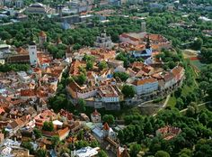 visitheworld:  Tallinn Medieval Old Town - Toompea Hill, Estonia (by tourism.tallinn.ee).   Source:  http://extremelywonderfulplaces.tumblr.com/post/19457562272#