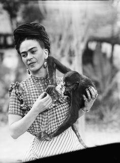 Die mexikanische Künstlerin Frida Kahlo galt als großer Fan mexikanischer Mythologie, in der der Affe Schutzherr des Tanzes ist und Laszivität symbolisiert. Mit einem dieser Gefährten teilte sich die Malerin ihr Haus in Mexiko-Stadt (Foto von 1944).