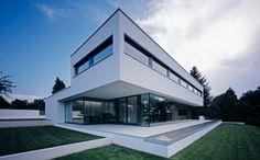 Z některých pohledů je toto obyčejná bílá stavba s velkými skleněnými plochami, uvnitř však nabízí design a vybavení hodného třetího tisíciletí.
