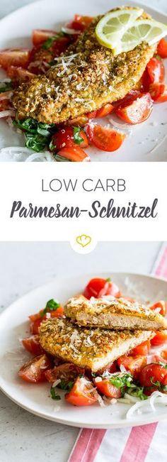 Dein Schnitzel braucht weder Semmelbrösel und nochPommes. Dein Low Carb Schnitzel verlangt nach Ei, Parmesan, Mandeln und frischen Tomaten-Salat.