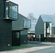 Woonwijk in Viken Helsingborg - Zweden - Tegnestuen Vandkunsten Media Images, Residential Architecture, Urban Design, Windows And Doors, Sliding Doors, Townhouse, Facade, Shed, Villa