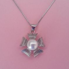 Colgante de plata y perla en forma de flor