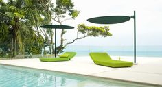 Sunshade with adjustable height formed by two independent semi-circles, which can be inclined and oriented differently.
