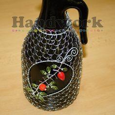 Drátování - odrátovaná lahev / wire lace Wire Jewelry, Handmade Jewelry, Handmade Gifts, Wrapped Bottles, Wine Bottle Art, Garden Ornaments, Wire Art, Chainmaille, Wire Wrapping