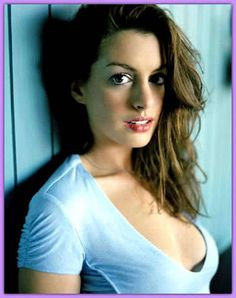 Brunette American actress Anne Hathaway wearing a blue shirt Celebrity Measurements, Divas, Culinary Arts Schools, Gourmet Cooking, Just For Men, Anne Hathaway, Celebs, Celebrities, Celebrity
