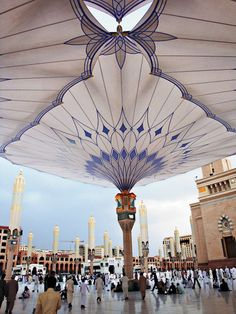 Project / Location: Sun shades at the Medina Haram Piazza, Saudi Arabia Project. Each year, millions of pilgrims flock to the mosque in Medina. Beautiful Mosques, Beautiful Places, Masjid Al Nabawi, Mecca Masjid, Mecca Islam, Photos Islamiques, Medina Saudi Arabia, Medina Mosque, Mekkah