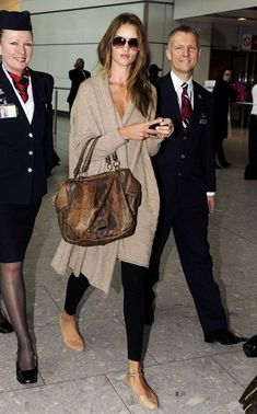 Rosie Huntington-Whiteley in a tan wrap sweater, black leggings, and Chloe ankle chain flats - travel style Fashion Mode, Look Fashion, Street Fashion, Womens Fashion, Airport Fashion, Travel Chic, Travel Style, Airport Chic, Airport Style