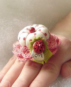 Love Bug Treasured Ring Pincushion van TheFinickyFrog op Etsy