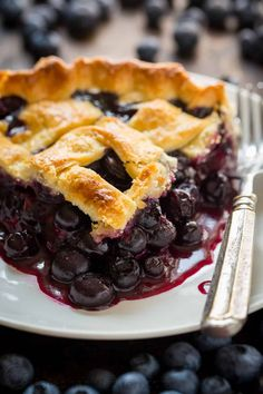 The Ultimate Blueberry Pie Recipe! Making a pie from scratch is so rewarding and this blueberry pie does not disappoint. The filling is bursting with sweet, juicy blueberries and tastes amazing with vanilla ice cream. Homemade Blueberry Pie, Blueberry Pie Recipes, Blueberry Crumble, Homemade Pie, Blueberry Salad, Fresh Blueberry Pie, Fresh Fruit, Köstliche Desserts, Delicious Desserts