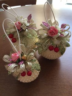 11 Ideas para reutilizar y decorar esferas navideñas viejas Ornament Crafts, Christmas Projects, Holiday Crafts, Christmas Holidays, Handmade Ornaments, Christmas Centerpieces, Christmas Tree Decorations, Christmas Wreaths, Beaded Christmas Ornaments