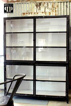 Grote industriële vitrinekast, zwart wit