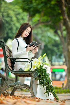 Beautiful Viêtnamese Girl in Vietnamese long dress: Ao-Dai Viêtnamese Ao Dai, Beautiful Vietnam, Beautiful Chinese Girl, Elegant Saree, Poker Online, Women's Summer Fashion, Asian Fashion, Sweet Girls, Traditional Dresses