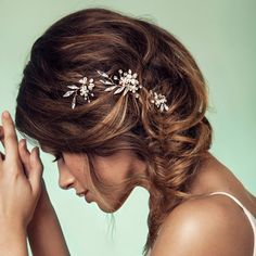 Dress up any hair style with a spray of just the right amount of sparkle. Clear crystals sprout from a blossom of fresh water pearl, crystal and glass bead flow