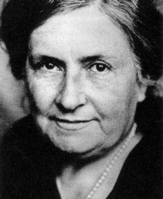 Maria Montessori è un educatrice italiana. Lei è nata a Chiaravalle. Maria è alta e robusta. Lei ha i capelli lisci, lunghi e castani. A Maria piace giocare con i bambini e leggere libri.