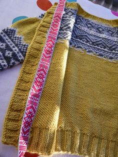 Dödergök: Så här syr jag i ett knappband Knitting Charts, Lace Knitting, Knitting Socks, Knitting Stitches, Knit Crochet, Textiles, Fair Isle Knitting, How To Purl Knit, Needle And Thread