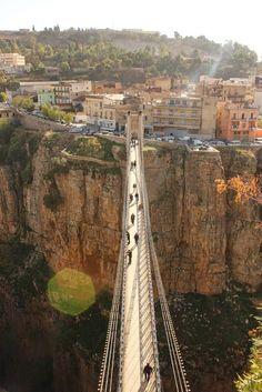 Constantine, cidade das pontes, Argélia. A ponte de suspensão e o viaduto, construídos há 100 anos pelos franceses, transportam carros de e para a cidade velha. No entanto, as pontes que fascinam mais são aquelas estreitas, pontes para pedestres, íngremes. Muitas vezes perto de 305 m acima do desfiladeiro, os moradores parecem alegremente inconscientes deste abismo diretamente abaixo deles. Fotografia: Amine Ghrabi no Flickr.
