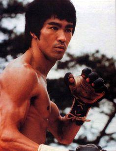 Enter The Dragon - Publicity still of Bruce Lee John Saxon, Bruce Lee Martial Arts, Dragon Movies, Bruce Lee Quotes, Enter The Dragon, Martial Artist, Warner Bros, The Man, Film