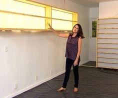 Estante com iluminação é dica para renovar a decoração da casa