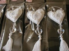 Ana Kroetz: Corações Bordados - salvo na pasta Love, love, love Soft Heart, I Love Heart, Diy Craft Projects, Diy And Crafts, Arts And Crafts, Fabric Hearts, Lavender Bags, Wedding Gift Boxes, Heart Crafts