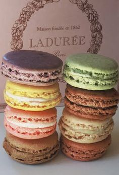 Macarons make me feel like Blair Waldorf. Macarons make me feel like Blair Waldorf. Macarons make me feel like Blair Waldorf. Laduree Macaroons, French Macaroons, Pastel Macaroons, Macaroons Wedding, Laduree Paris, Macaroon Recipes, Cupcakes, Vanilla Buttercream, Gastronomia