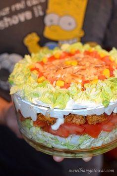 Warstwowa sałatka z kurczakiem, fetą i migdałami Tzatziki, Unique Recipes, Coleslaw, Salad Recipes, Delish, Salads, Food And Drink, Cooking Recipes, Lunch