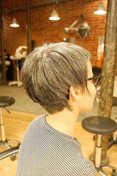 assimetric  cute/youthful grey haircut