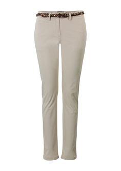Zandkleurige broek met normale taille en smalle pijpen. De chino sluit met een knoop en een rits en is voorzien van riemlussen.Deze broek is voorzien van steekzakken en heeft een smal ceintuur in de taille. Het is een slimfit model, gemaakt van soepele kwaliteit. Binnenbeenlengte: 76 cm (30 inch).