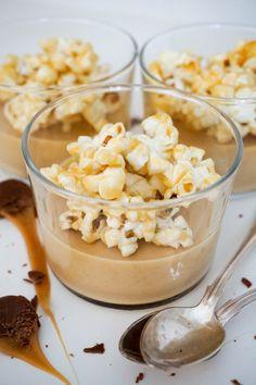 Dulce de leche pannacotta med karamelliserade popcorn Baking Recipes, Snack Recipes, Dessert Recipes, Snacks, Mini Appetizers, Yummy Food, Tasty, Oui Oui, Dessert Drinks