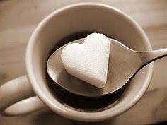 Hmm, wie houdt er niet van een goed stuk taart, een chocoladereep, ijs of andere zoete lekkernijen? De meesten van ons eten al ons hele leven geraffineerde suiker, of we het nu bewust door onze koffie roeren of het onbewust binnenkrijgen via bewerkte etenswaren. Maar wist je dat suiker sterk verslav