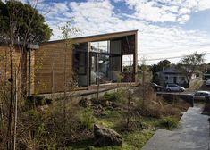 Timber-clad house in Auckland by Glamuzina Paterson Architects that zigzags across its site to outline gardens on both its east and west sides. Apex Roof, Architect Drawing, Villa Design, House And Home Magazine, Amazing Architecture, Building Design, House Styles, Outdoor Decor, Architects