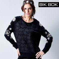 """Blusão lindo da tendência """"Dark Romance"""" da Bik Bok ... """"As flores aparecem mais sérias e em tons mais escuros, estilo tapeçarias e em tecidos jacquards mais pesados. Rendas e ricos bordados manuais com pedrarias fazem da tendência um destaque dentro da coleção...."""" #fashion #bikbok #tendência"""